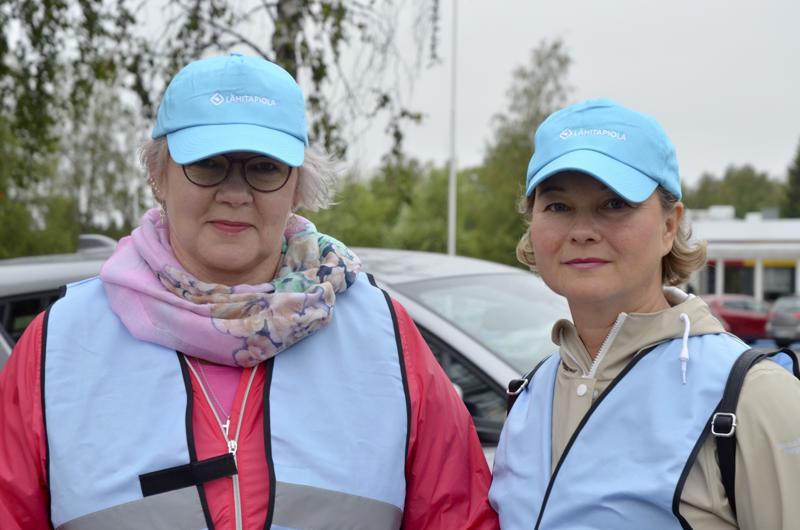 Pirjo Repo ja Anna-Leena Pakkala olivat vapaaehtoisina turvaamassa koululaisten matkaa Ylivieskan Valtakadun ja Päivärinnankadun risteyksessä.
