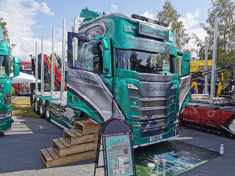 Puukuljetus Vesalan Green Cobra Power Truck Shown näyttelyssä.