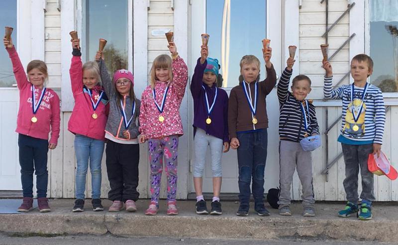 Seitsemänvuotiaiden sarjojen palkitut, vasemmalta: Elsa Kyösti, Aino Kivelä, Aino Kyösti, Sanni Siltala, Kaisla Kaattari, Taneli Harmaala, Joona Kaattari ja Aarne Keskisipilä.
