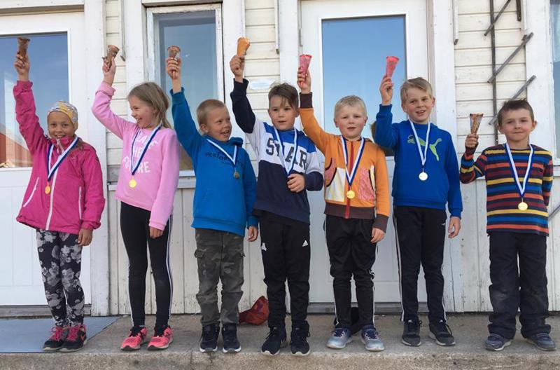 Yhdeksänvuotiaiden sarjojen palkitut, vasemmalta: Ronja Aarnio, Essi Pernu, Eemeli Aarnio, Onni Kivelä, Eino Kyösti, Markus Kyösti ja Väinö Kyösti.