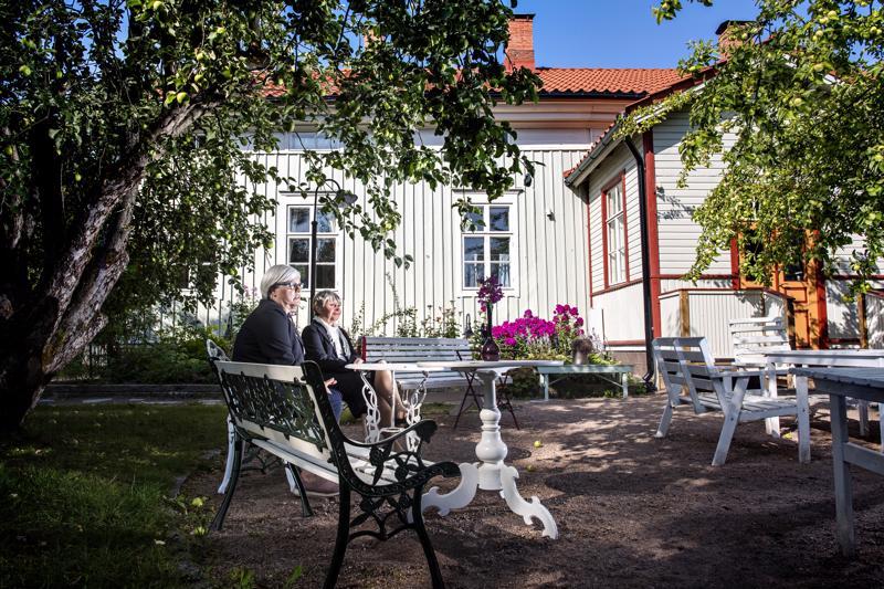 Kristiina Teerikankaalle ja Elisa Maunumäelle kaupungin historia on tuttu. Opaskierroksilla oppaat tutustuttavat ihmiset esimerkiksi vanhankaupungin tuntemattomampiin yksityiskohtiin.
