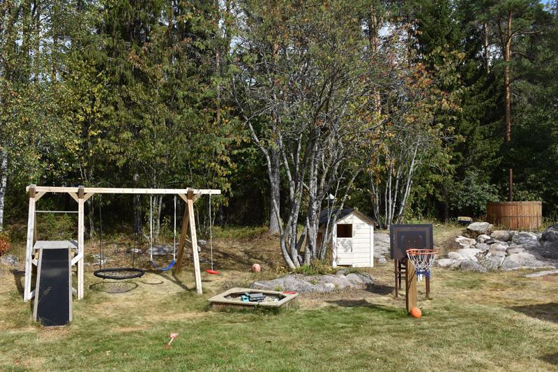 Kotipihalleen Tauno on rakentanut itse muun muassa keinun, leikkimökin sekä paljun.