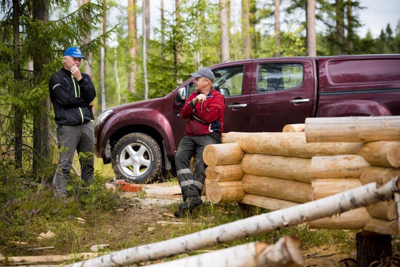 Tuomas Sarjanoja (vas.) ja Jarmo Helander laskevat, että Hiitolan talkoisiin on ilmoittautunut mukaan noin 30 vapaaehtoista.