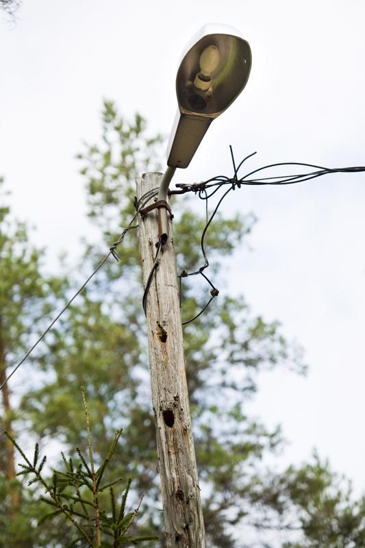 Nykyisen valaistuksen lamput ovat heikot, ja pylväistäkin on tikka mennyt läpi asti.
