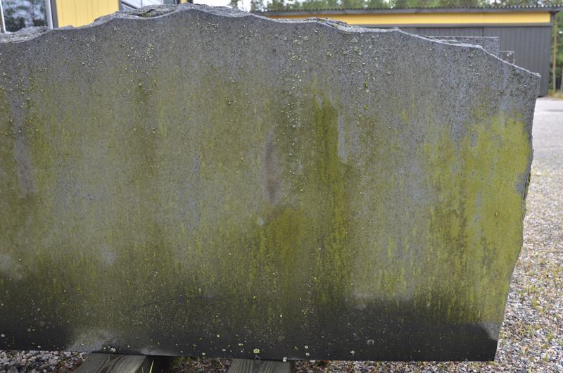 Tämä hautakivi on alle kymmenen vuoden ikäinen, mutta se on jo vihreän sammalen ja jäkälän peitossa.