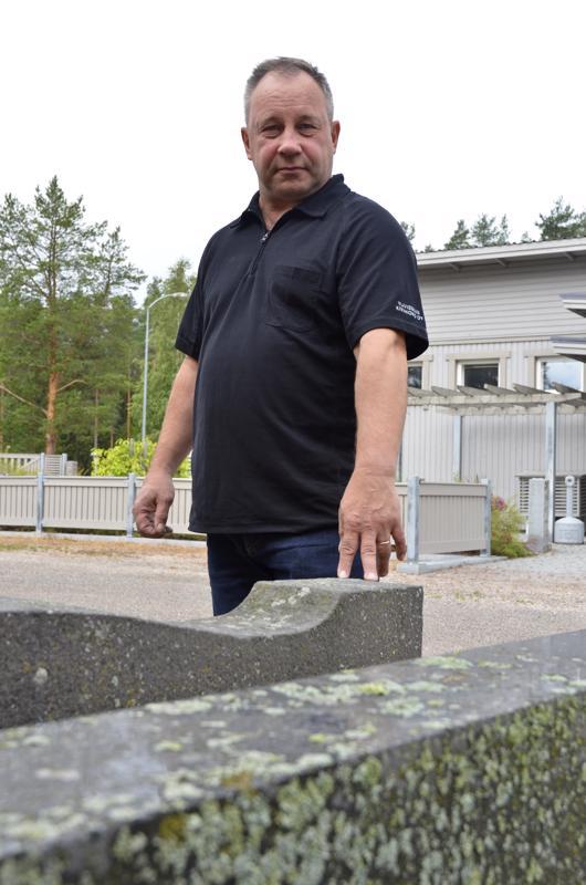 Harri Alanko kertoo, että moni huollattaa ja pesetyttää hautakiven nimenlisäyksen yhteydessä.