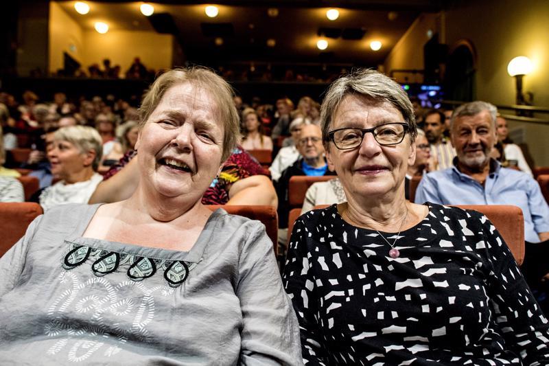 Tuula Jutila (vas.) ja Tuula Sihvonen ovat käyneet monta kertaa katsomassa avoimia harjoituksia Kokkolan kaupunginteatterissa.