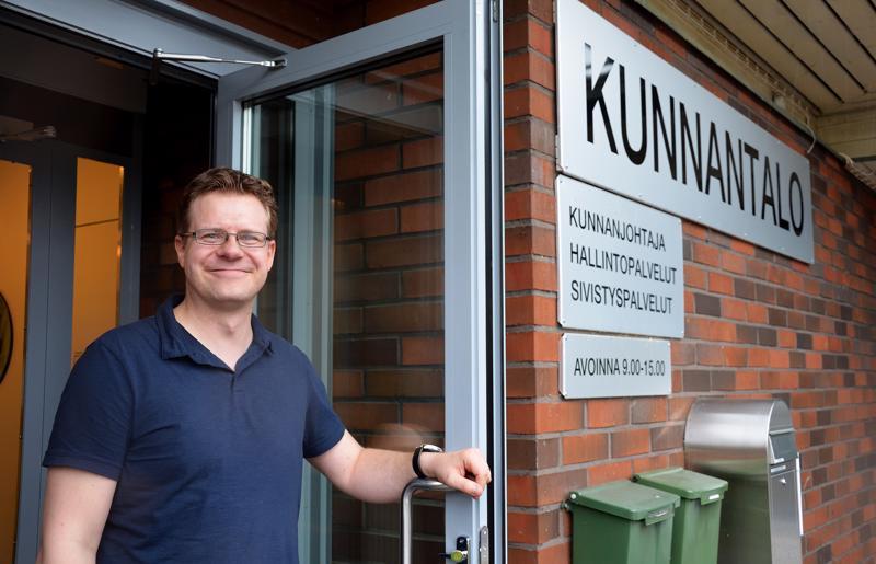 Matti Pulkkinen toivoo, että kuntalaiset tulisivat juttelemaan hänen luokseen kunnantalolle tai ottaisivat kylillä kiinni hihasta, jos on asiaa.