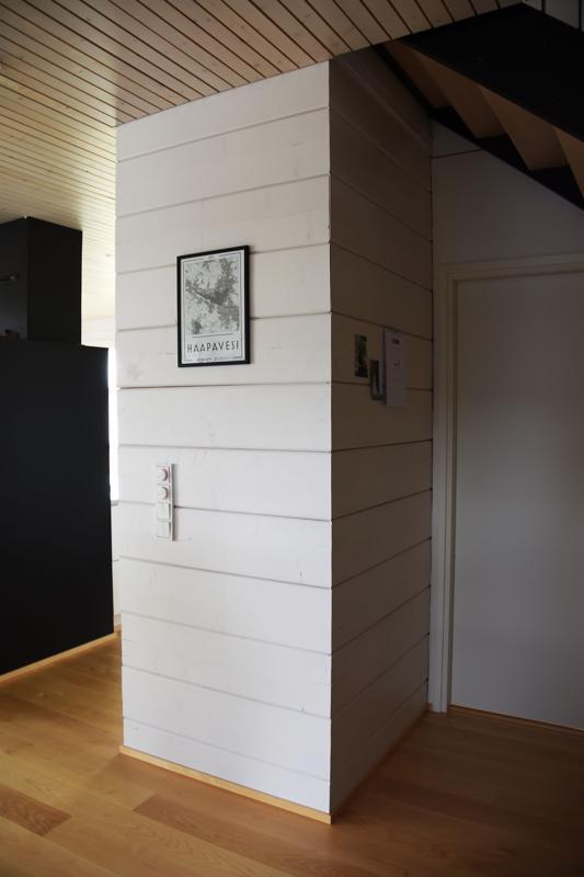 Uudenlaisen nurkantyöstötekniikan myötä Vinkkien talossa ei ole perinteisille hirsitaloille ominaisia ristinurkkia.