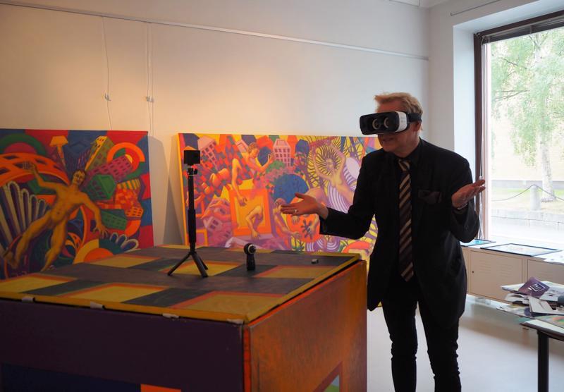 Taiteilija Juha Rautio esitteli, millaisia mahdollisuuksia VR-lasien käytöllä taiteessa on.