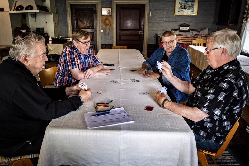 Eero Jäväjä, Raimo Harsunen, Matti Annala ja Åke Niemi ovat jokainen pelanneet pidroa reilu 60 vuotta. Kruununvoudintalolle tuttavat kokoontuvat kaksi kertaa viikossa.