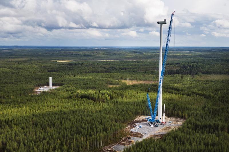 Tuulivoimalan lapa pyyhkii taivasta korkeimmillaan 230 metrissä.