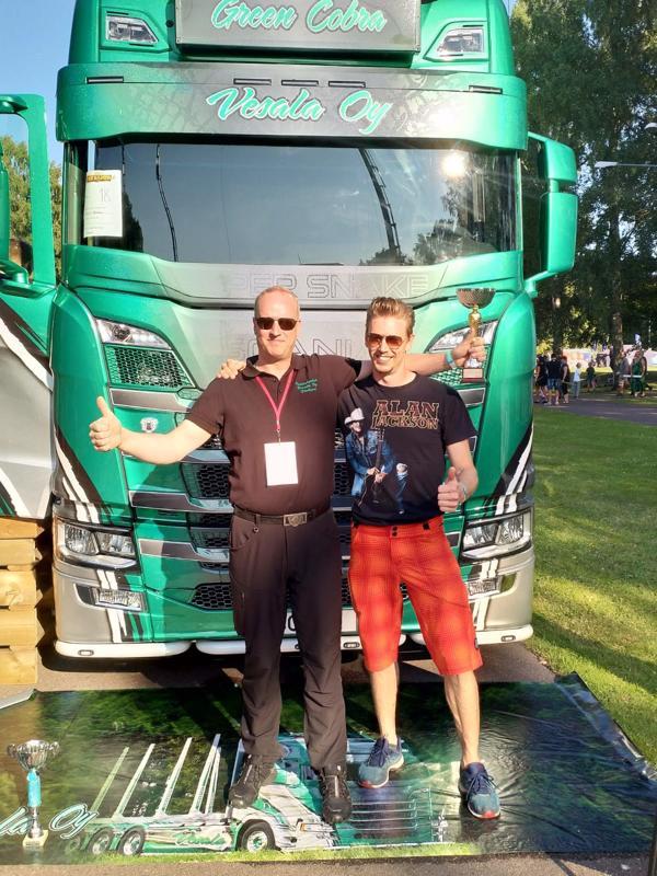Jarkko Vesala ja Simon Ahlsved tuulettivat tyytyväisinä Power Truck Showssa.