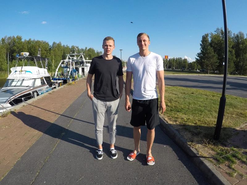 Lasse ja Lauri Jylhä ehtivät heinäkuussa käydä kävelemässä Kokkolan Meripuistossa.
