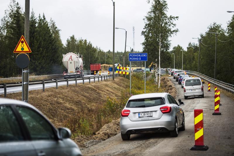 Jonot lipuivat Perhonjoen kevyen liikenteen väylälle maanantaina.