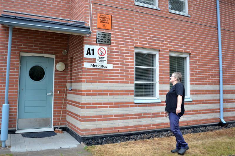 Asuntolat remontoidaan talo kerrallaan. Asuntolavalvoja Hilkka Heikkinen esittelee asuntolan huoneistoja.