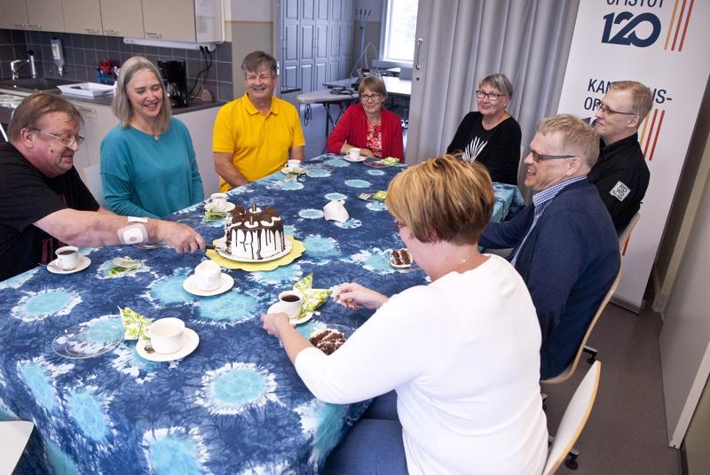 Opiston syksy käynnistyi kakun kera. Kahvittelemassa Pertti Korvela (vas.), Päivi Makkonen, Asko Muilu, Gerd Wiklund, Teija Biskop, Risto Koskinen, Sixten Sandström ja Kirsi Koivisto.