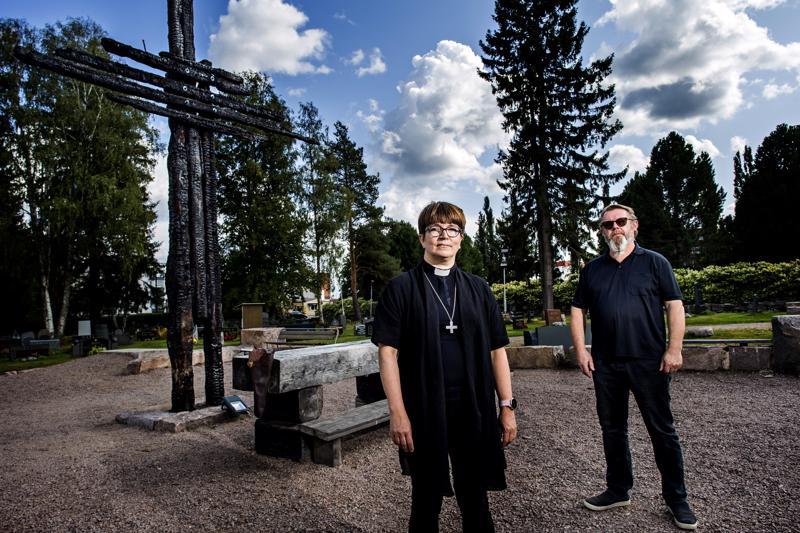 Ylivieskan kirkkoherra ja Eija Nivala ja tiedottaja Jussi Leppälä odottavat Kirkkohallituksen täysistunnon päätöstä. Uusi kirkko rakennetaan taustalla näkyvän pensasaidan taakse.
