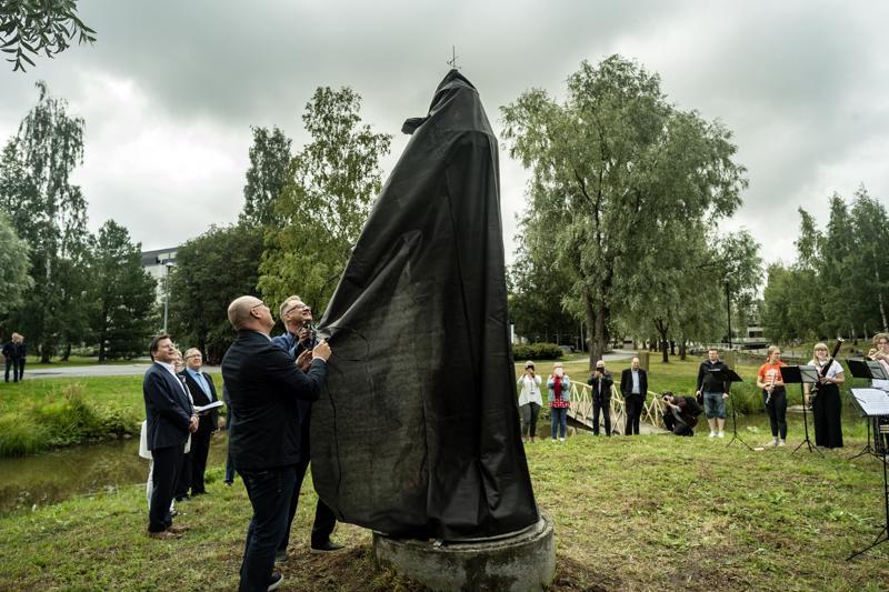 Halpa-Hallin kiinteistöpäällikkö Janne Vähätiitto ja Kokkolan kaupungin suunnittelupäällikkö Jouni Laitinen paljastivat uuden pienoismajakan.