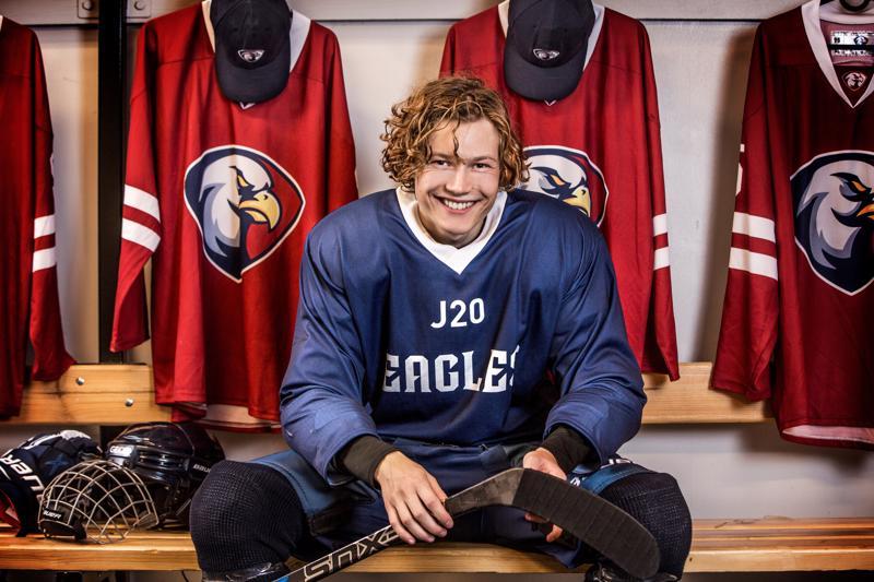 Jääkiekkoilijan kesä. Talvilajit heräilevät tv-sarjoihinkin. Eagles-seuran Ludde Johanssonina 18-vuotias Adrian Öjvindsson.