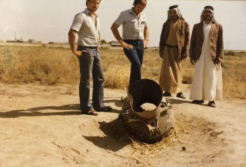 Irakissa paikalliset arabit ja pari suomalaista ihmettelevät iranilaisten epäonnistuneen ohjuksen runkoa.