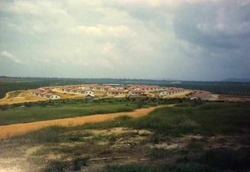 Rakentaminen aloitettiin aina tyhjästä. Nämä 200 asuntoa on rakennettu Malesiaan keskelle ei mitään.