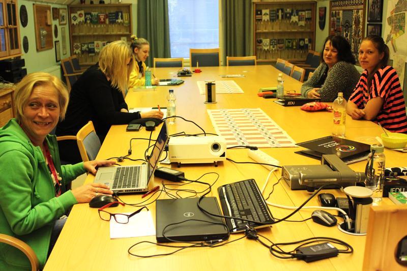 Tulevia lähihoitajia opettaa Sari Hietasaari (vas). Kuvassa Tiina, Sonja, Tuija ja Annika. Opiskelijat ovat Haapajärveltä, Kärsämäeltä, Pyhäjärveltä, Reisjärveltä, Pihtiputaalta ja Pulkkilasta. Opiskelupaikka järjestyi Vanhalta kunnantalolta, mistä koulutusjohtaja Päivi Heinonen haluaa kiittää Kärsämäen kuntaa.