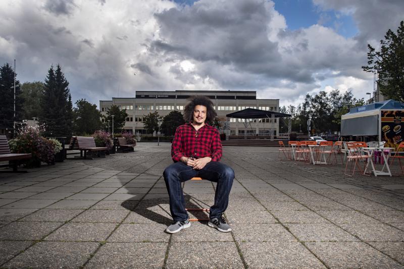 Videotaiteilija Justin Serulneckin lempipaikaksi Kokkolassa muodostui kauppatori. Hän koki kokkolalaisten elämän yhteisöllisempänä kuin mitä se on Kalifornian Los Angelesissa.
