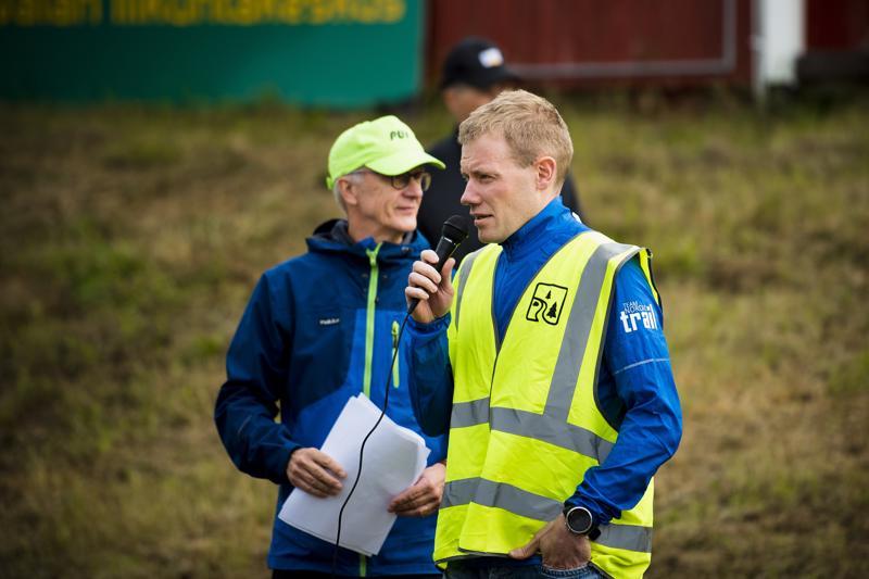 Viime vuoden voittaja Mika Leppälä toivotti juoksijoille mukavaa viikoloppua juoksun parissa. Taustalla Nivalan pitkäaikainen urheiluvaikuttaja Veijo Mursu, joka toimi aikoinaan Leppälänkin historianopettajana.