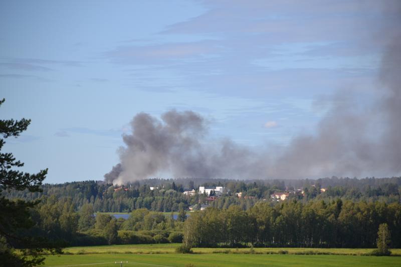 Tulipalosta aiheutuva savu näkyi kauas Haapaveden horisontissa. Keskellä oleva vaalea rakennus on kirkko, ja palopaikka sijaitsee lähellä Haapaveden opistoa.