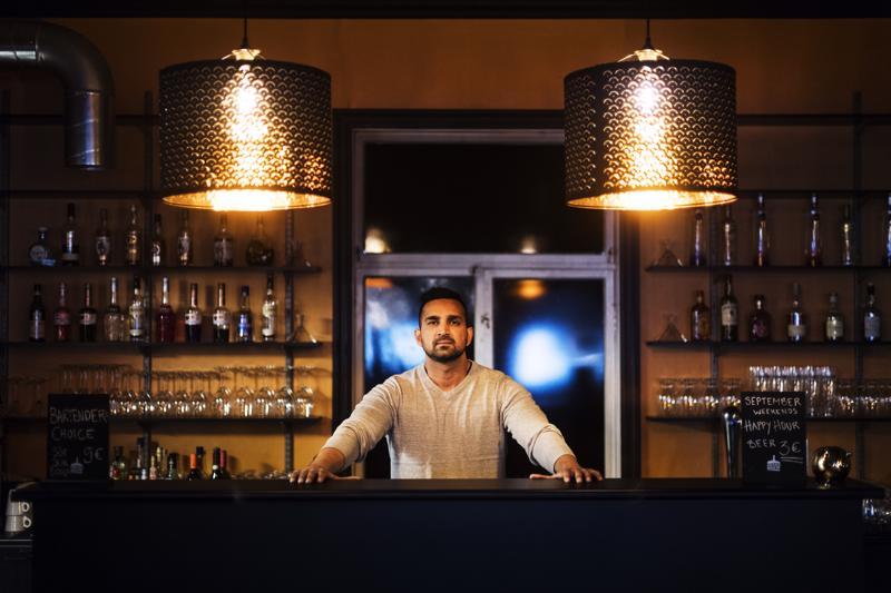 Pietarsaarelaisen Delhi Housen ravintoloitsija Sunny Sharman laajennushanke on kiinni siitä, hyväksytäänkö Sharmanin kanssa työsopimuksen tehneen intialaisen kokin työlupa.