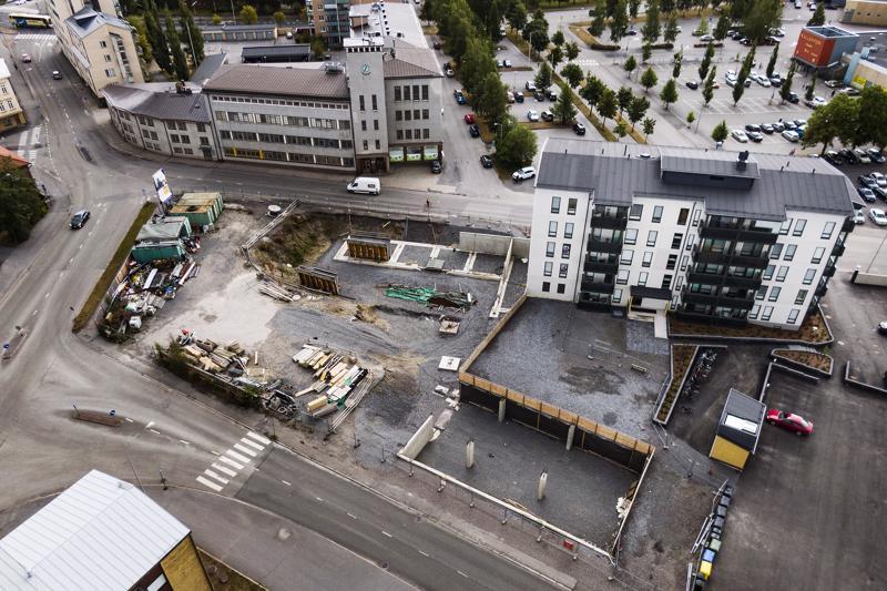 Toiselle kerrostalolle on jo kaivettu monttua. Sen vuoksi alue pysyy aidattuna.