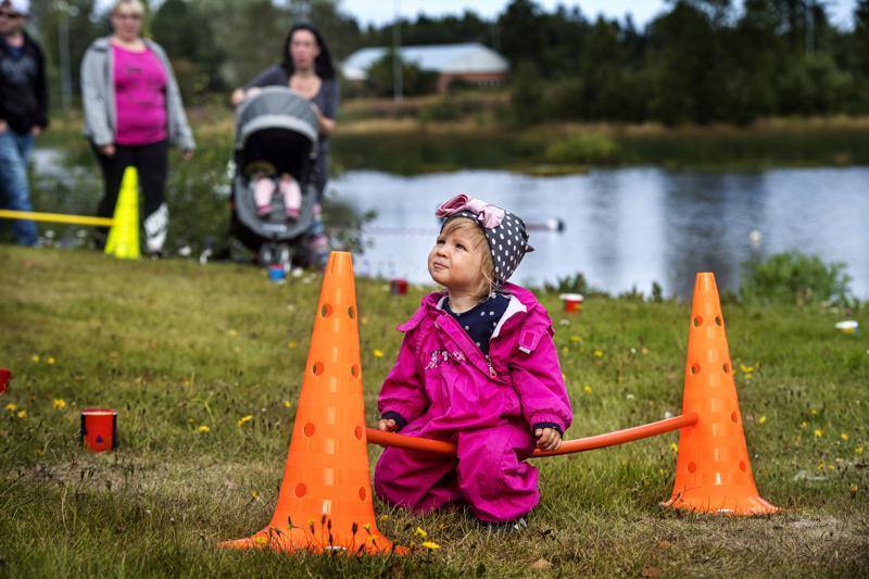 Vuoden ikäinen Pihla Harmaala tutustui 4H Kalajoen keppihevosrataan.