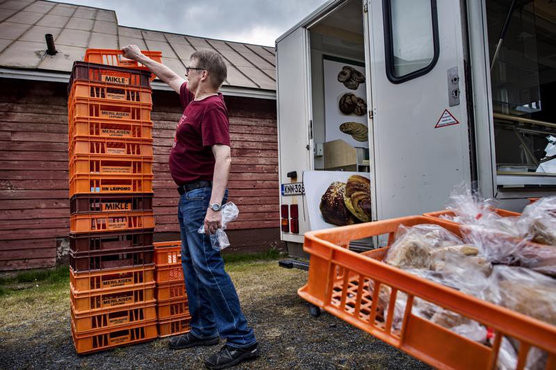 Timo Liusvaara kasasi tyhjiä pullalaatikoita vilkkaan työpäivän päätteeksi.