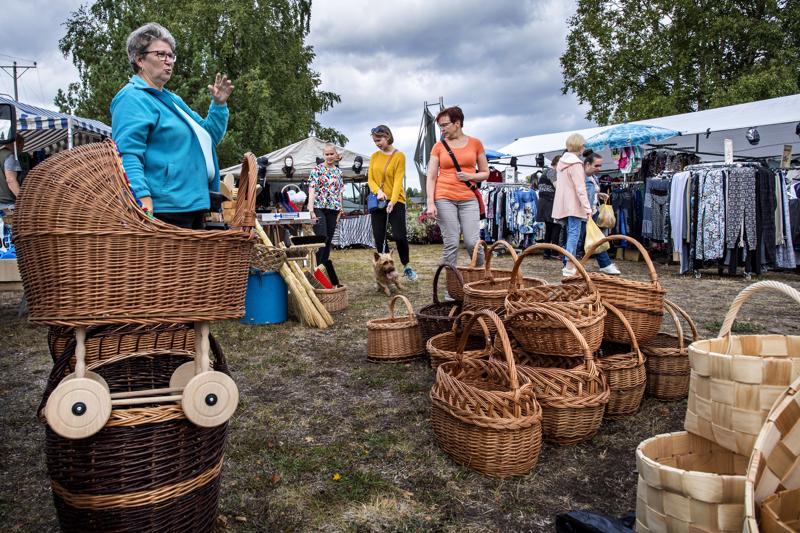 Arja Rantanen esitteli kojullaan myynnissä olevia koreja, sekä luonnonmateriaaleista valmistettuja harjoja.