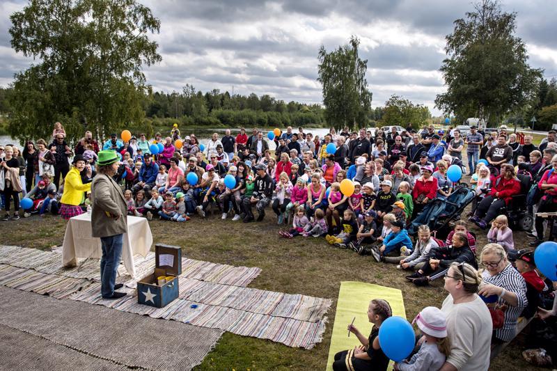 Marian ja Veskun taikashow viihdytti Raumankoski Virtaa -tapahtumaan saapuneita.