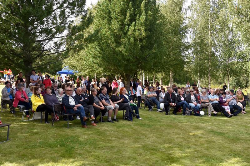 Puistoblues viihdytti. Toista kertaa Kannuksessa järjestetty Pappilan puistoblues saatiin viettää poutasäässä. Yleisöä oli sekä penkeillä että puiston nurmikolla.