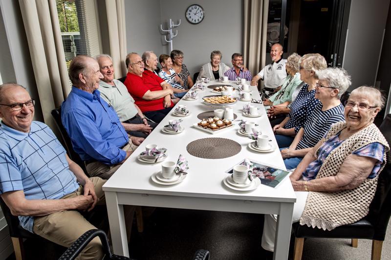 Joka perjantai asukkaat kokoontuvat yhteiseen kahvitilaisuuteen.
