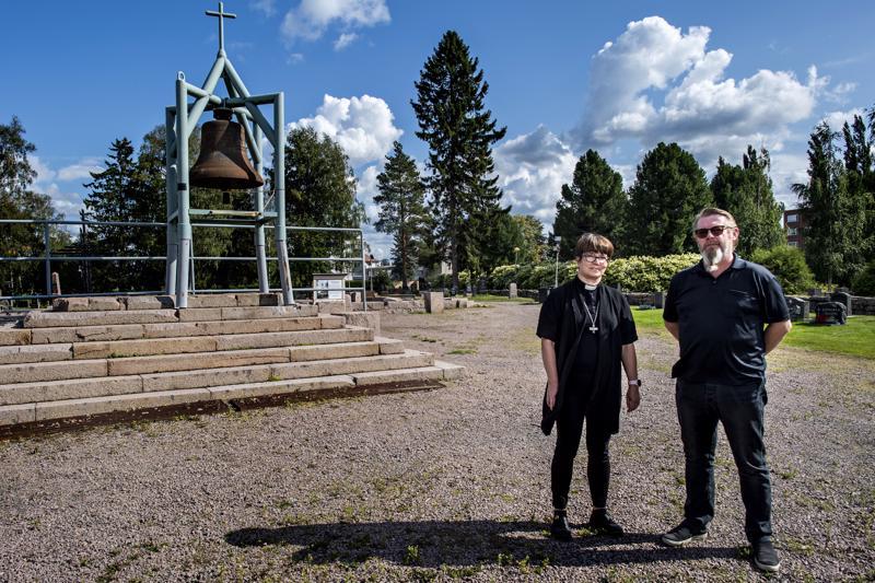 Kirkkoherra Eija Nivala ja tiedottaja Jussi Leppälä Ylivieskan kirkon raunioilla. Kirkon palamisesta on kulunut noin kolme ja puoli vuotta.