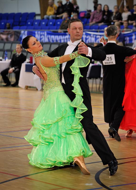 Paula ja Pauli Madetoja ja Tango Promenade. Tanssiasentoa ja vartalon kannatusta hiotaan vuosikausia. Huomaa naisen niskalinja ja kengän kärkien asennot.