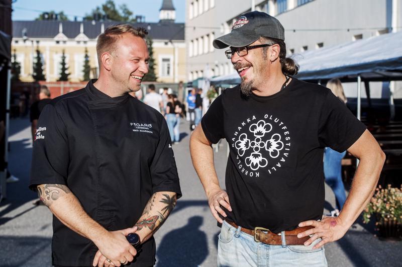 Kolme kertaa vuoden parhaaksi viiniravintolaksi palkitun Figaro Winebistron omistaja Niko Saarukka ja Kahakka Olutfestivaalin järjestäjä Robban Hagnäs.