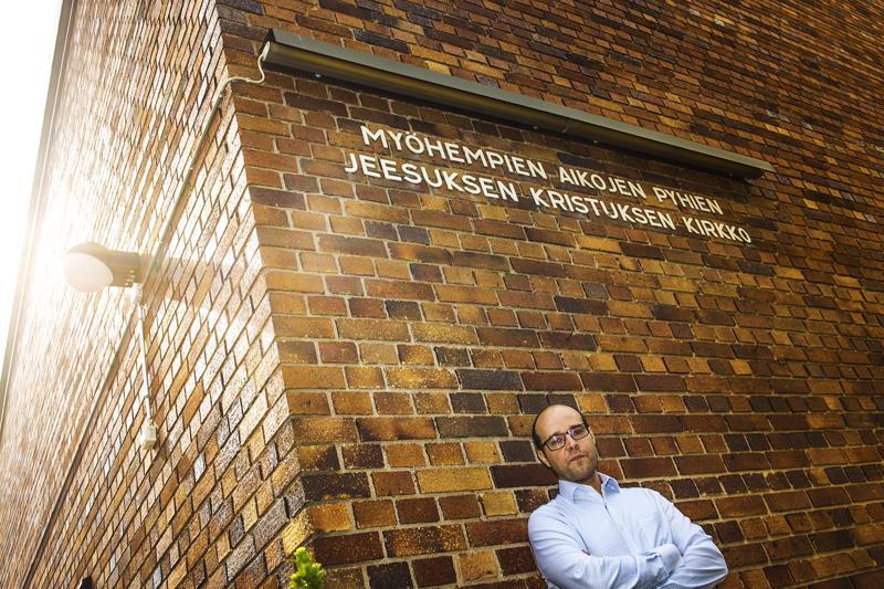 Kim Östman kirjoitti Suomen ensimmäisen mormoneja käsittelevän tietoteoksen. Teos pyrkii antamaan kattavan ja objektiivisen näkemyksen tunteita herättävästä uskonnosta.