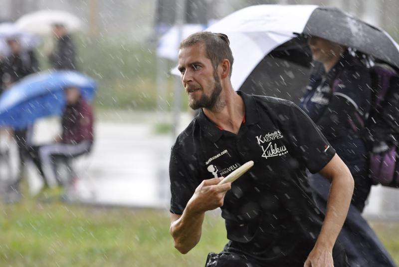 Sunnuntain päätöskierrosta pelattiin vaihtelevassa säässä. Frisbeekarhujen Miika Pehkonen ylsi kokonaiskilpailun viidenneksi.