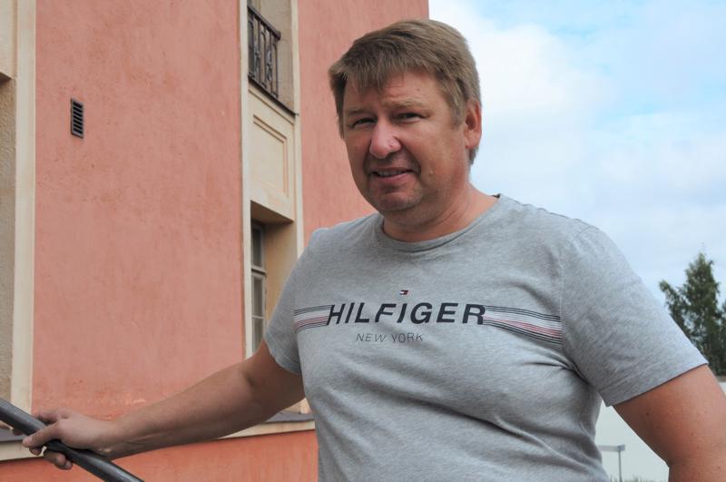Veli-Matti Perälampi sanoo, että lavastamotyö on tehnyt heidät pakkaamisen ammattilaisiksi, koska lavasteet pitää varastoida mahdollisimman pieneen tilaan.