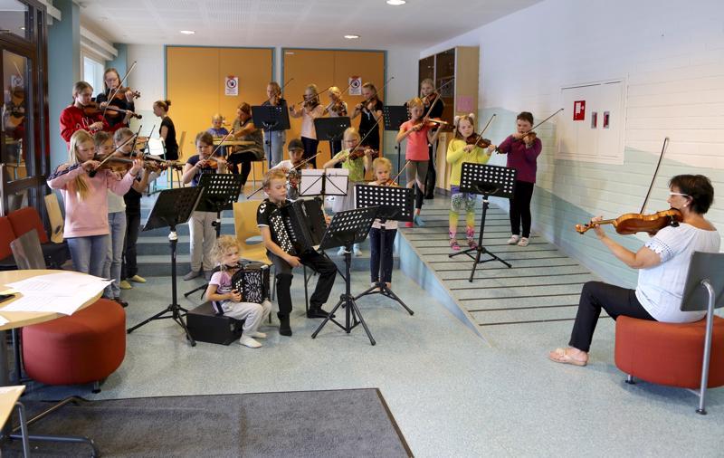Konservatorion oppilaita Vetelistä, Evijärveltä ja Kaustiselta vetäisivät Siksakkia Raila Järvelän johdolla.
