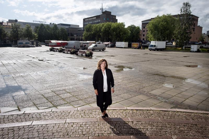 Kokkolan Venetsialaisten tuottaja Minna Liedes seisoo Kokkolan kauppatorilla, joka toimii pääohjelmiston tapahtumapaikkana.