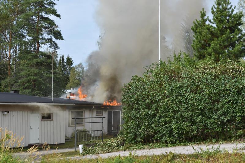 Tuhoutunut rivitalo sijaitseen Haapaveden keskustassa, Kuva perjantai-iltapäivältä.