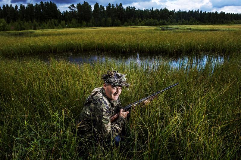 Vaimonsa kanssa metsästyskauden aloitukseen osallistuva Mikko Erkkilä esittelee sorsastuspaikkaa ja -varusteita. Vaatteilla maastoudutaan heinikkoon, jotta linnut eivät huomaisi metsästäjää.
