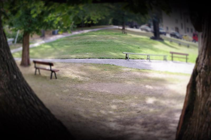 Ventovieras mies kävi kahden naisen kimppuun Koulupuistossa kioskin ja esiintymislavan välisellä alueella viime viikonloppuna.
