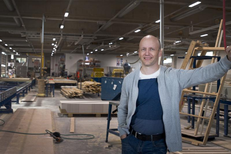 DEN Group Nivalan tehtaanjohtaja Ville Vähäsöyrinki kertoo, että trendeistä huolimatta talomarkkinoilla myyvät perinteiset ratkaisut. Puu- ja hirsitalot ovat suomalaisten suosiossa.